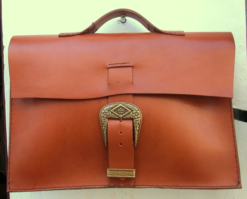 Mid-brown classic briefcase by FG. 23 x 36 x 6. 117€