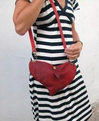 Red heart shoulder bag with model by Fernando Garcia. 16 x 25. 58€