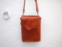 Bright brown handmade bag in deerskin. 15 x 20 x 5. 54€