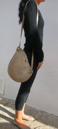 nude, raw hide shoulder bag modeled for FG handmade bags. 25 x 30. 73€