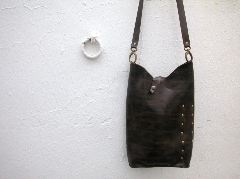 Dark brown shoulder bag with stud decoration handmade by FG. 25 x 40. 85€