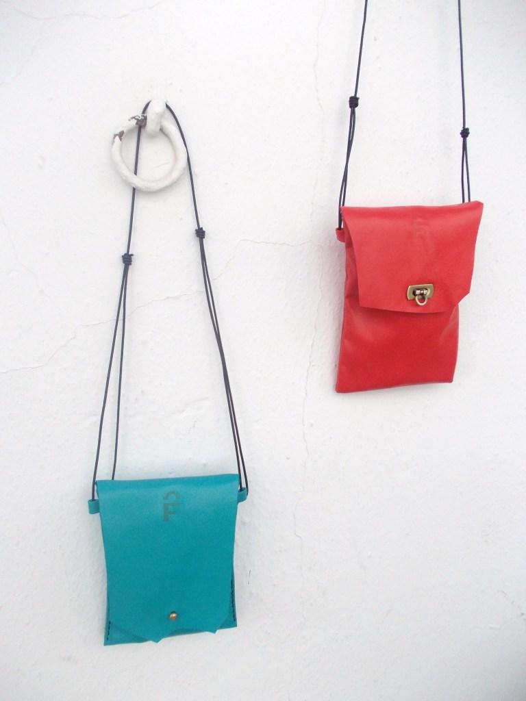 Soft lamb's leather little neck purses. Various colours. approx 19 x 13cm. 27€