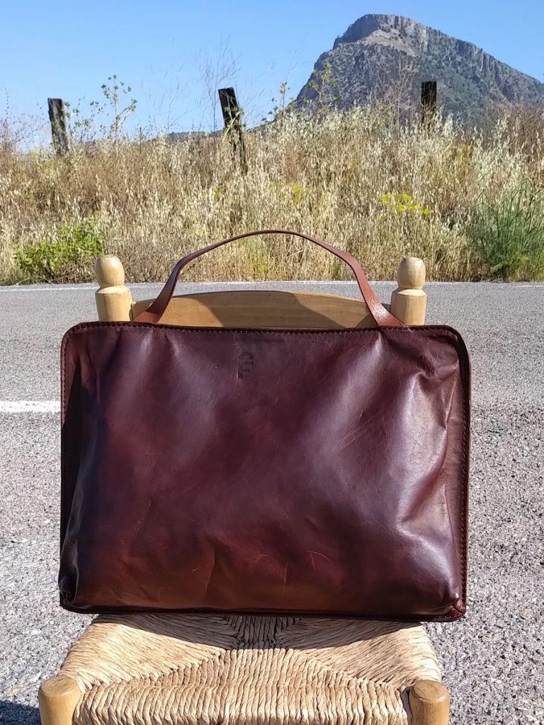 150€. 44 x 32. briefcase/apple mac case